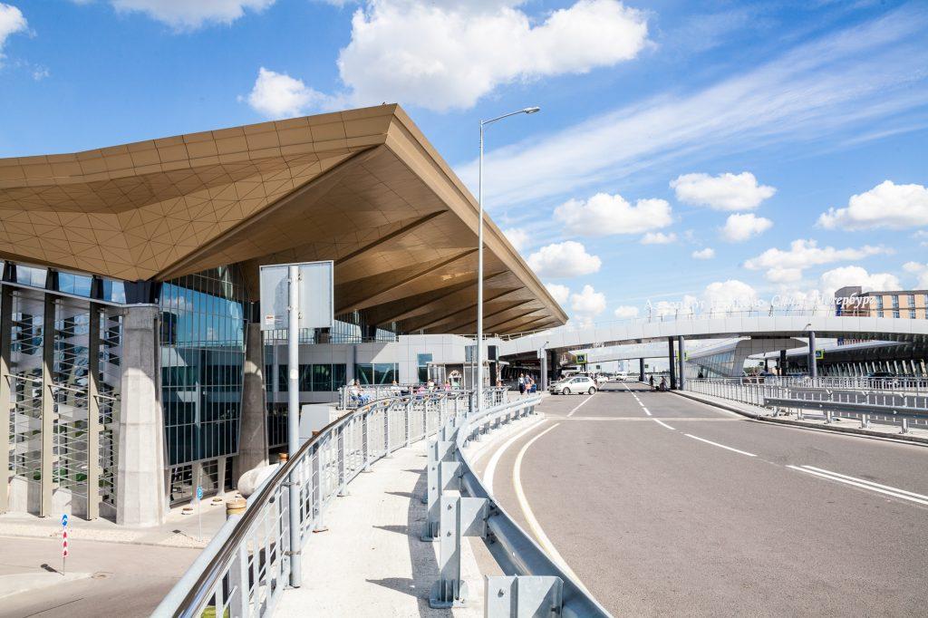 Второй уровень терминала аэропорта Отправление. Сюда приезжают все автобусы до Пулково
